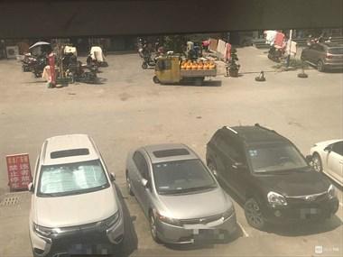 温岭社友吓懵了!二十几瓶煤气罐暴晒 旁边停满车子
