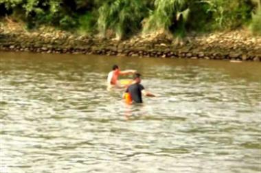 乌溪江3岁女童被河水冲走!一少年冲下去救人…