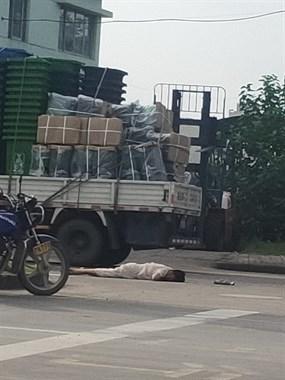 加佳路突发车祸!一女子被大货车撞倒,一动不动