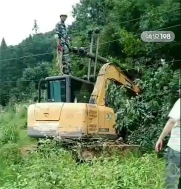 景德镇这地一挖机挖倒高压电线杆 直接砸向驾驶室!