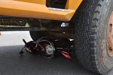 衢州一电动车惨遭大货车碾压!女子被撞滚了几十米…