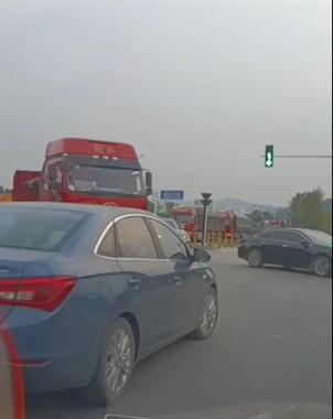 现场视频!景德镇这路口好多车子集体闯红灯!