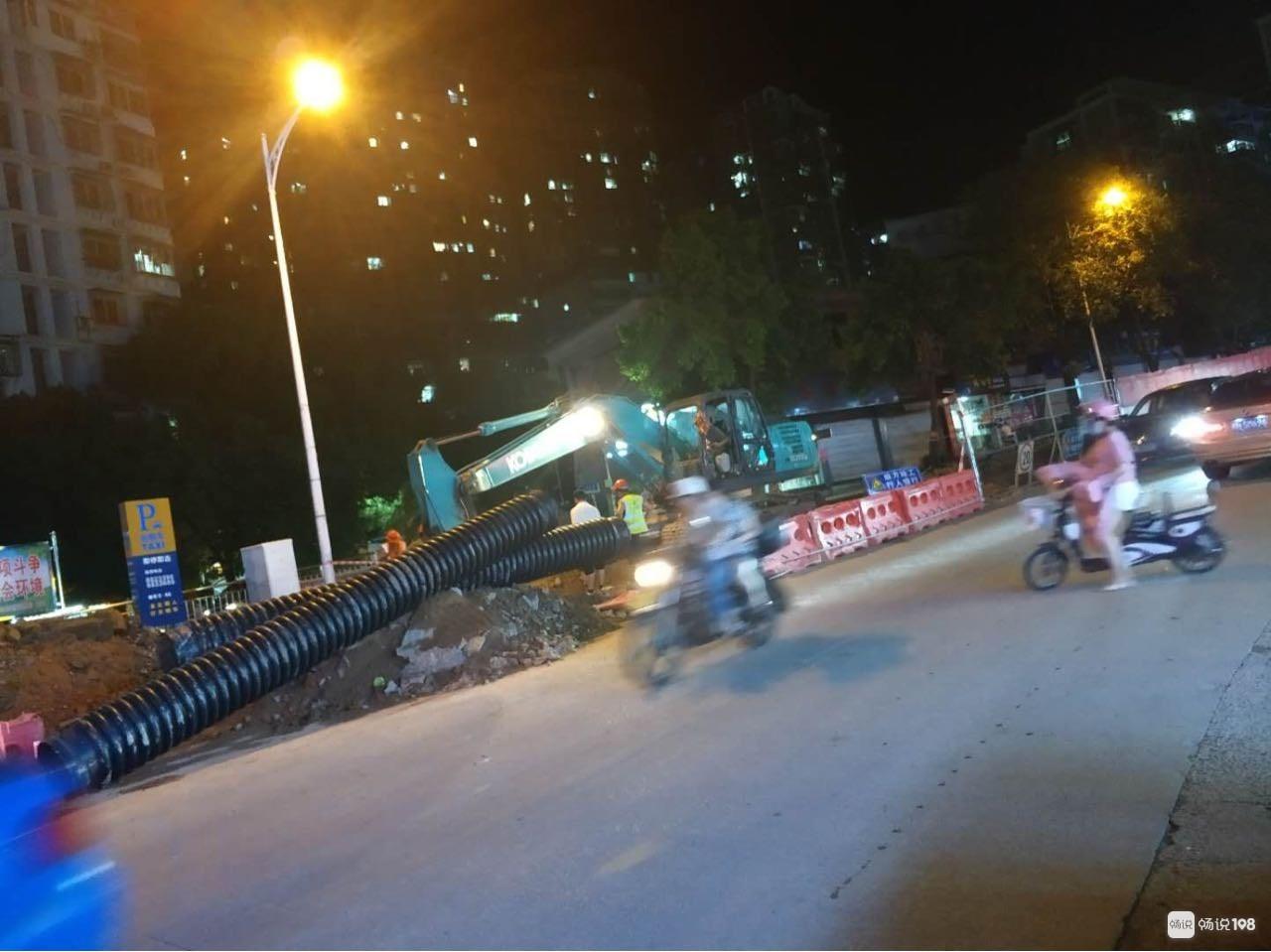 延平这地方半夜施工惹众怒!路口被堵死,车子都开不动