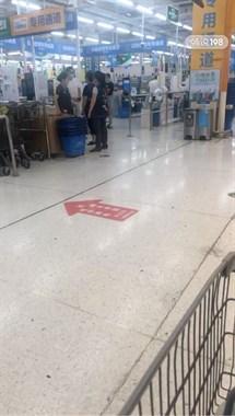 武康某超市顧客和營業員吵起來了!超市稱是臨時工?