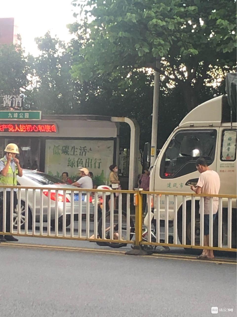 延平九峰公交站出事了!货车撞上自行车,车主倒地…