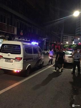 三元路火锅店半夜有人闹事!警察出动,一些人被带走!