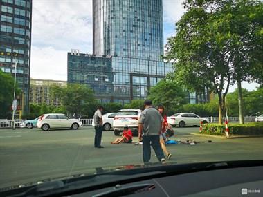 出事了!世纪联华附近一女子被撞,救护车都来了