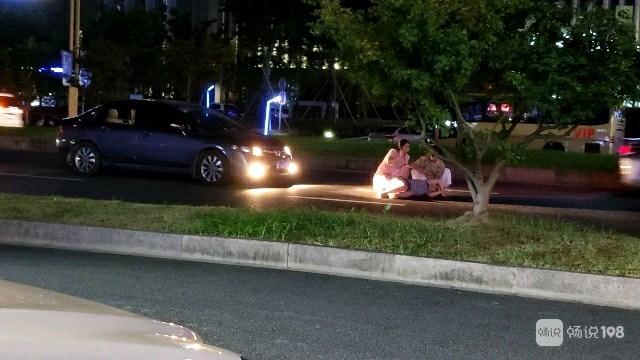 竟不顾性命!云岫南路一美女被车撞倒!亲友抱着蹲路中间
