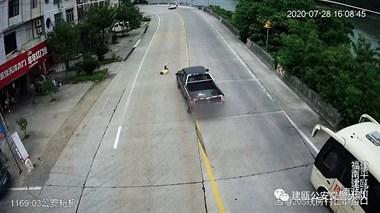 惊险!南平7岁男童飞奔过马路,被皮卡车撞出十米远!