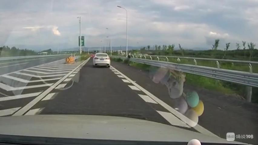 绍兴高速上,一司机突然尿急!想不到他竟这样解决…