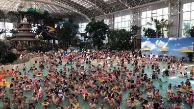 人都快挤爆了!德清这地泳池就像下饺子,全都站满人