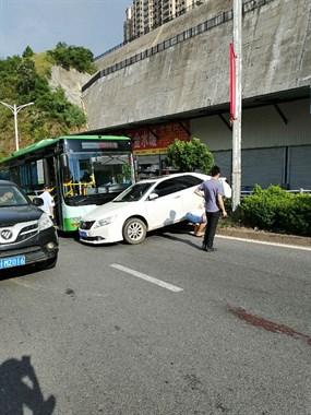 小车起飞失败撞上公交车