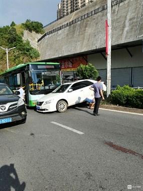 起飞失败!新城上坡地段汽车撞上公交车,骑上绿化带