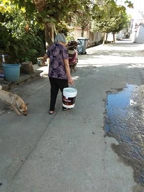 浦口这村里2天没水,90岁老太太自己拎水吃,看了心酸!
