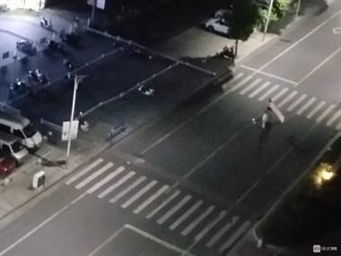 吾悦广场有人醉酒闹事!打砸店门、掀翻电瓶车,警察都来了