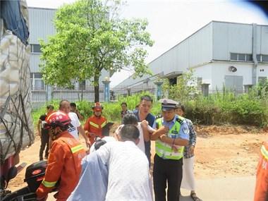 衢州15岁女孩闯祸了!骑车被卷入半挂车底…现场围满人