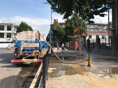 景德镇街头的洒水车吃相是相当难看