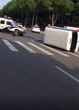 嵊州一私家车和警车相撞!私家车侧翻,警车车头烂了