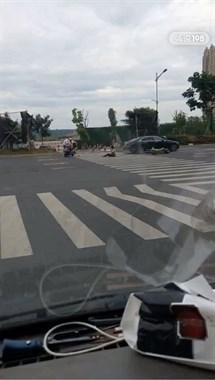 嵊州大道突发车祸!电瓶车和汽车斑马线相撞,车主坐地不起