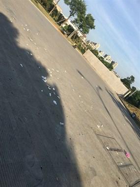 每天路过这广场都要吐槽!晚上跳舞的人把垃圾丢一地