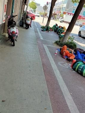 大夏天,温岭街头不少人睡在马路上,看了让人心酸!