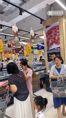 嵊州这超市太疯狂了!人山人海,挤都挤不进去