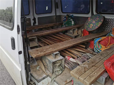 湖州一面包车贴了黑膜,民警开门一看惊了!15个老头老太