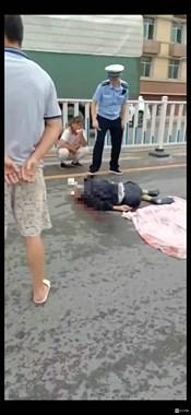 景德镇这地路口出事!一老人被撞 满地是血!当场人就…
