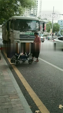 景德镇这地一老人和环卫车吵起来!直接把婴儿车停在车头前