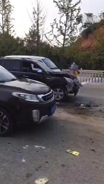 景德镇多地突发车祸!宝马女司机撞护栏 SUV斑马线撞人…