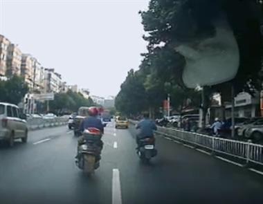 视频曝光!景德镇这2男子骑车在机动车道穿行 车主被逼…