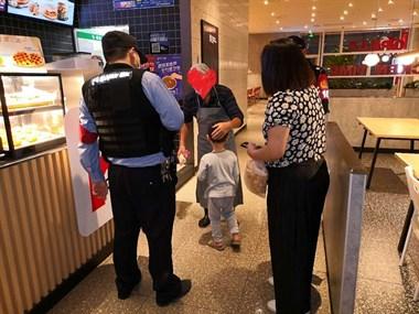 小男孩衣着单薄在商场角落哭泣,警民一起帮找爷爷