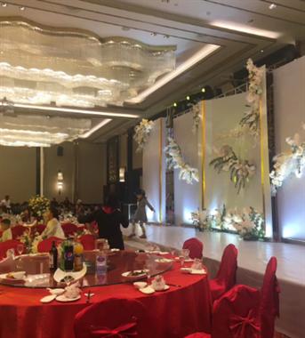 大酒店当服务员不容易!婚宴摆了70多桌,要连做9小时