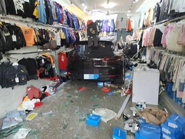 湖州一女司机开着保时捷,撞碎玻璃门一头冲进服装店!
