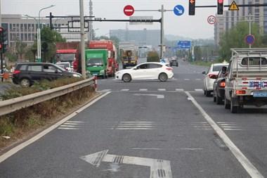 命悬一线!衢州一女子骑电动车,不慎被卷入大货车底…