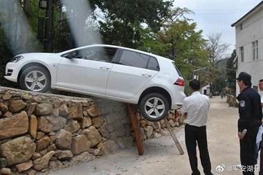 长兴一女司机遇上事了!操作失误悬在路边,人还在车里