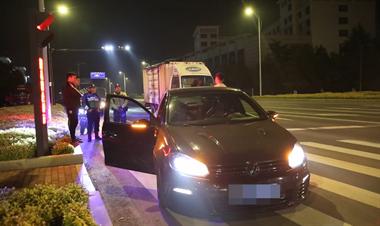 """正在严查!新昌半夜汽车""""炸街"""",在红绿灯路口栽了"""