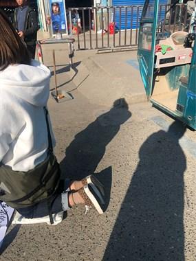 干嘛作踐自己?秋山菜場門口一年輕女子跪著,半天也沒人回應