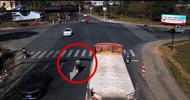 衢州71岁老人骑车逆行还闯红灯!撞倒瞬间被曝光
