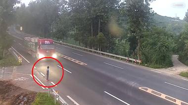 悲剧!衢州一女子过马路被撞飞,不幸身亡!当时司机…