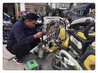 """电瓶车车胎被扎漏气,师傅修补用的""""秘密武器""""竟是它!"""