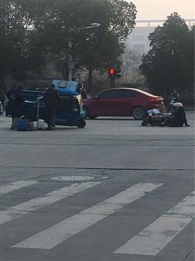 武康这路口2车猛烈相撞!零件散落一地,人倒在地上