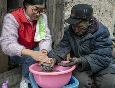 满满正能量!志愿者为贵门老人清洗双手,视频刷屏
