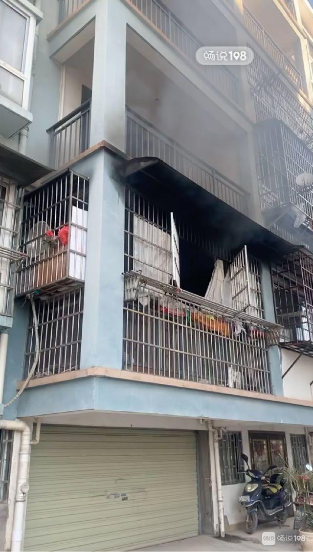景德镇一楼房突燃大火!现场浓烟滚滚 里面还住着老人