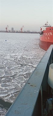 港口海面上结冰了,凉爽,船冻着了,哈哈哈哈