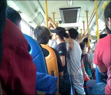 """瓷都美女公交车上受欺负 下车狂追2男子!还""""搏斗""""了一番"""