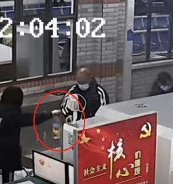 德清西站一男子過安檢被扣2斤白酒,竟當場吹瓶!結果失控了