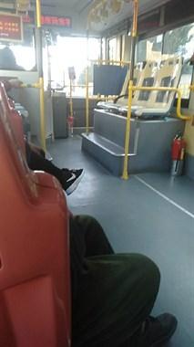 公交刹车停路边,一女子被司机叫下车!只因…