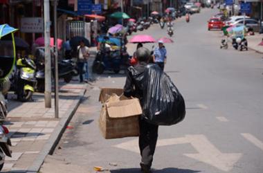 78岁退休金5千,2个女儿又孝顺 ,为啥还要去捡垃圾?