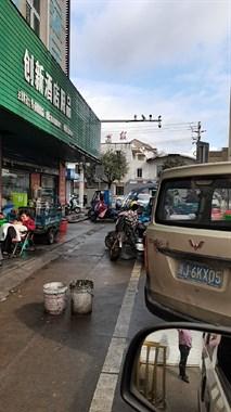 赤城路这超市大门紧闭!十几户供应商围在门口 警察都来了!